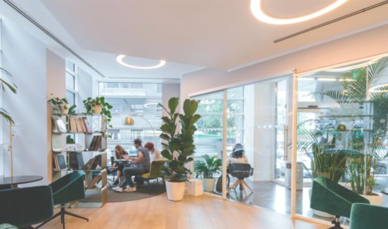 Hyggeligt kontormiljø med LED-lys