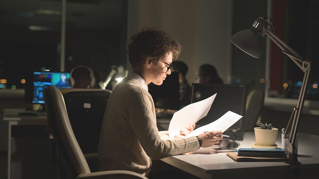 Kvinde arbejder under arbejdslampe
