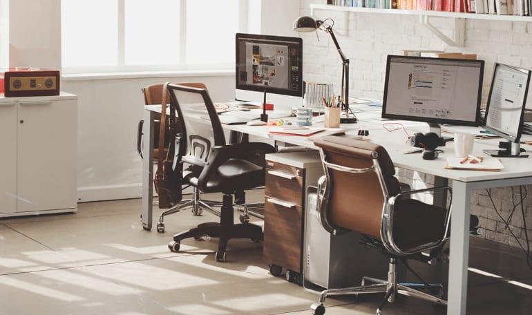 Kontorarbejdsplads med naturligt lysindfald