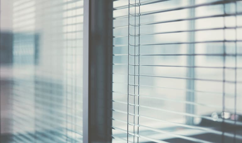 Persienner i vindue trukket fra