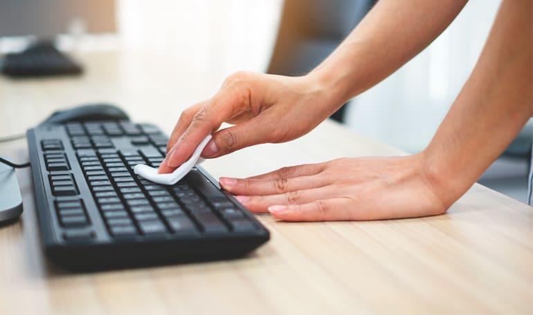 Person rengoer tastatur
