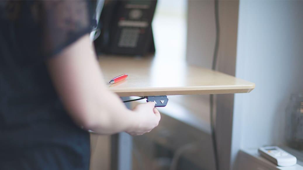 Person indstiller sit haeve-/saenkebord