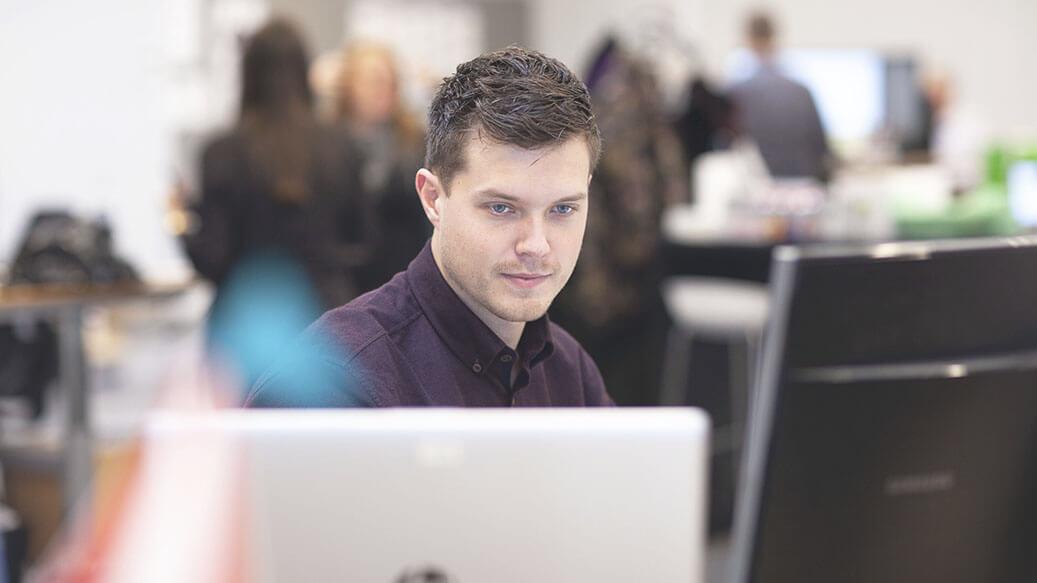 Ung mand arbejder konentreret