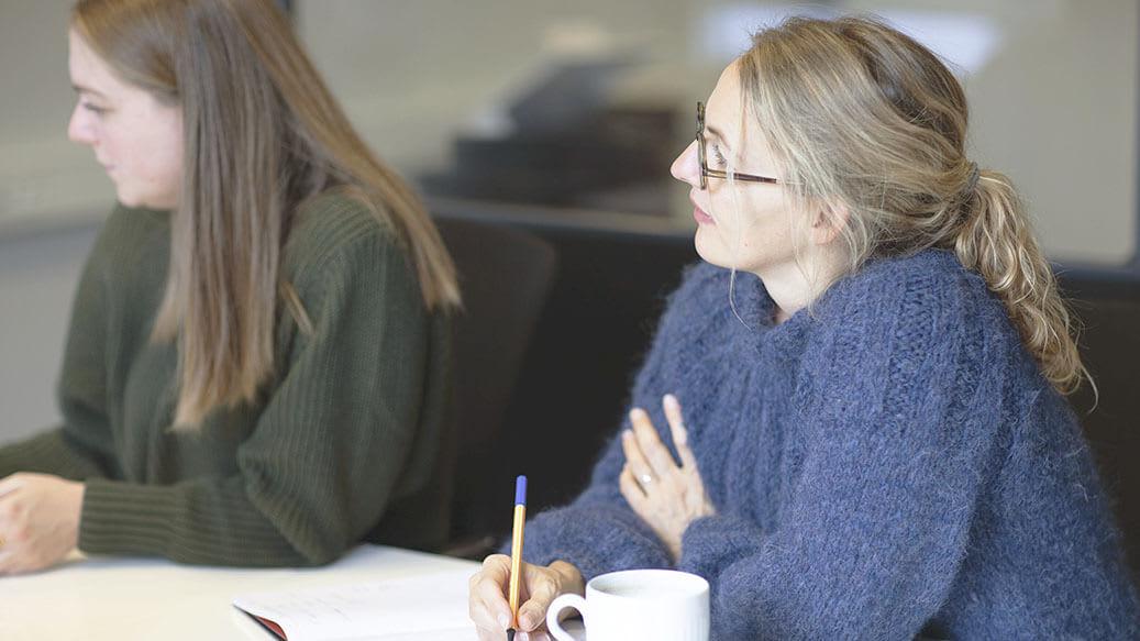 Kvinde koncentrerer sig til møde