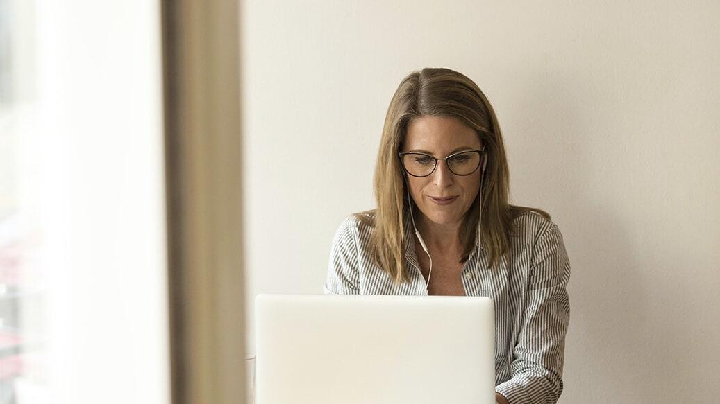 Kvinde arbejder på kontor