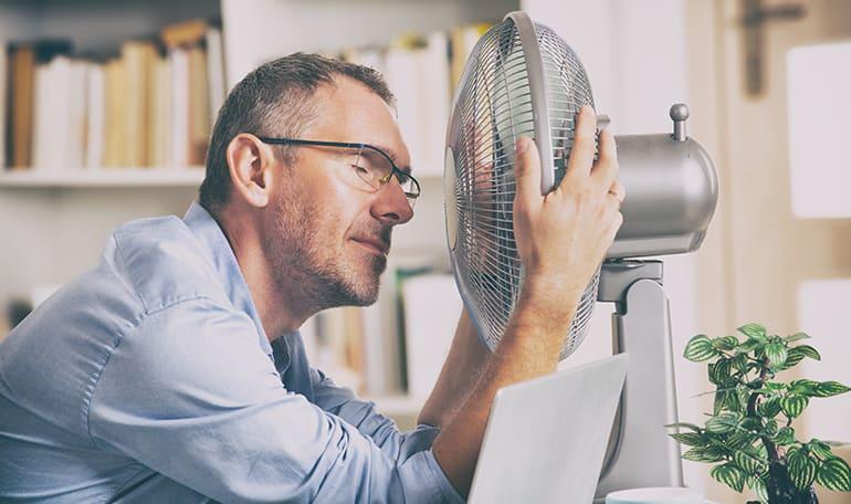 Mand sidder ved ventilator