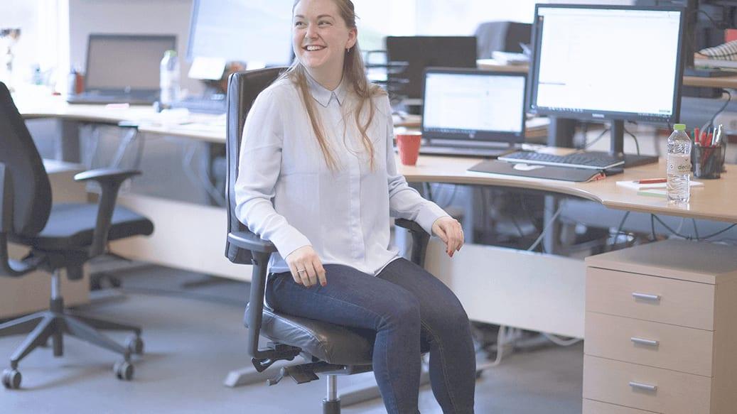 Kvinde sidder på kontorstol
