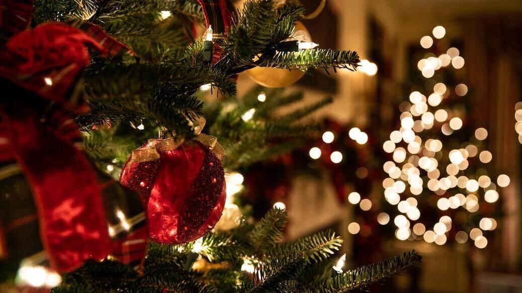 Juletræ med julepynt og julelys