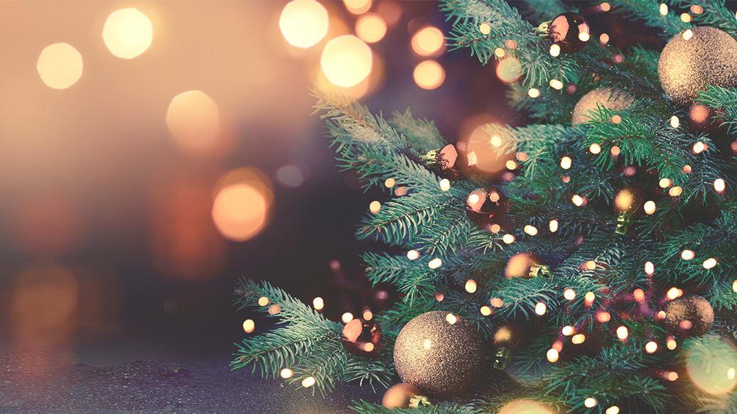 Pyntet juletræ med lys og julekugler