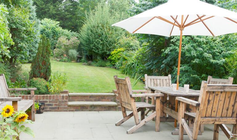 Havemøbler og parasol på terrasse