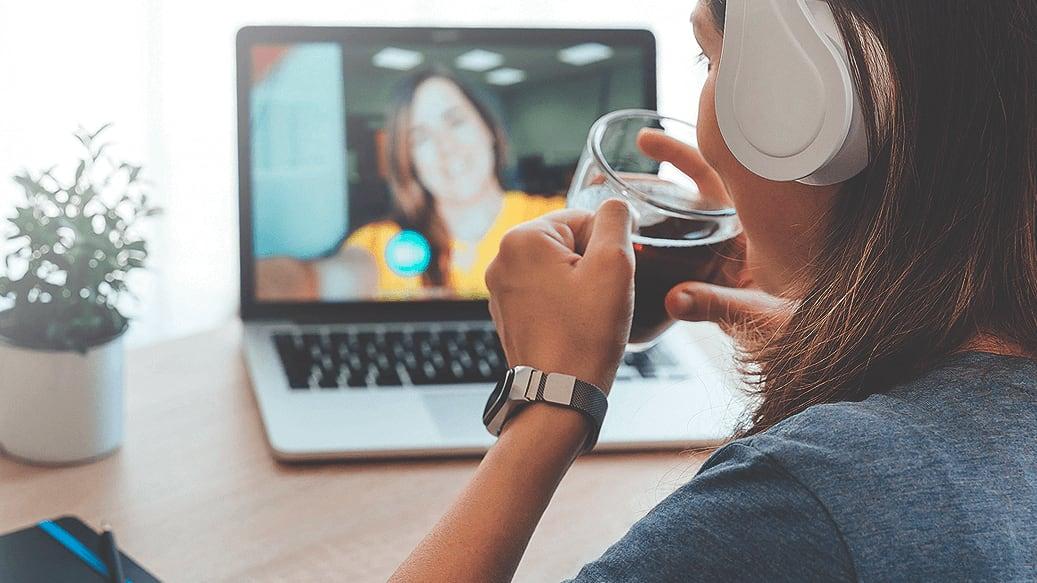 Person med høretelefoner holder onlinemøde med kollega